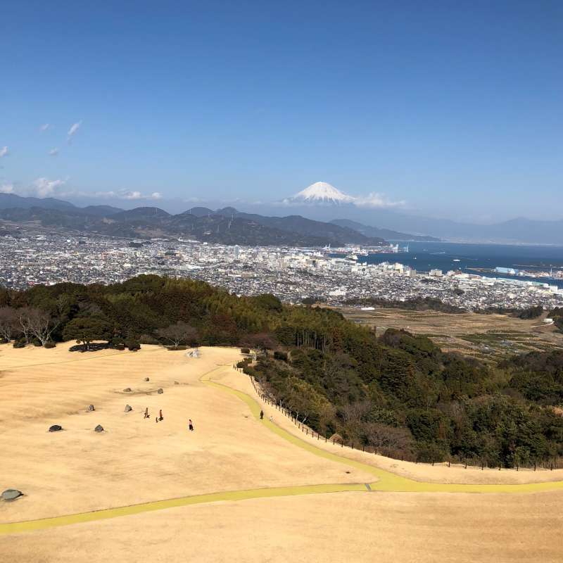 Spectacular view of Mt. Fuji and Suruga Bay from Nihondaira Hotel Nihondaira has been selected as one of the top 100 sightseeing spots in Japan. You can enjoy lunch and afternoon tea while watching these spectacular view through the window.