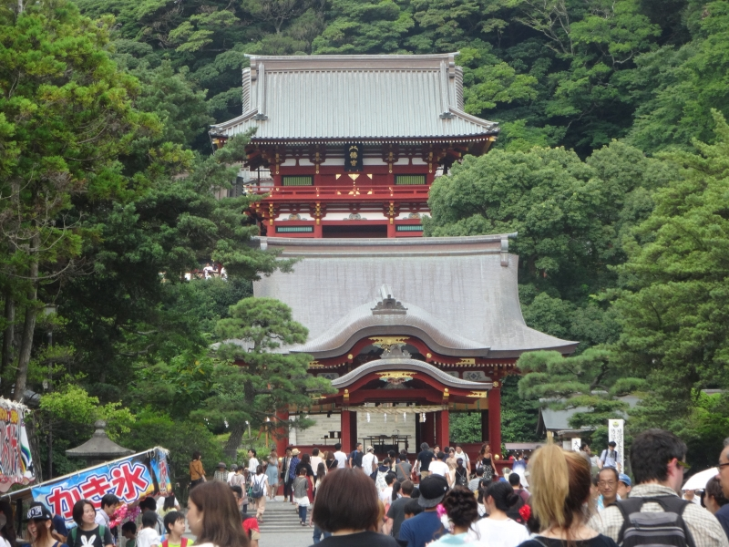 Tsurugaoka Hachimangu used to be a political center during the Kamakura Era. Even now a lot of people visit to pray to this shrine.