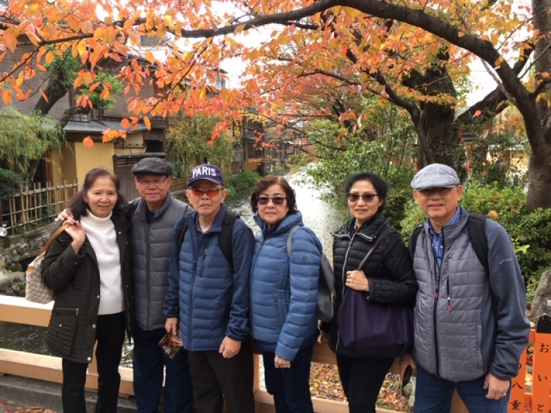Super friendly couples with the backdrop of autumn colors at Gion