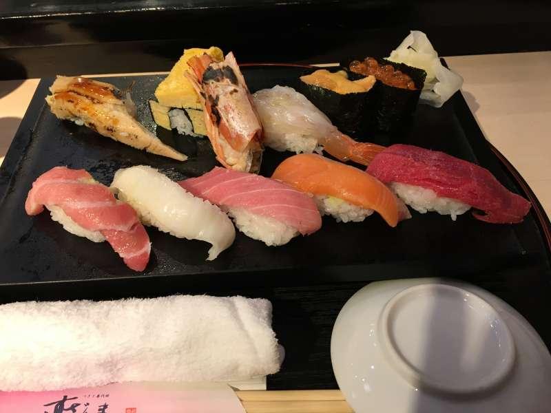 Let us enjoy delicious sushi around the fish market.