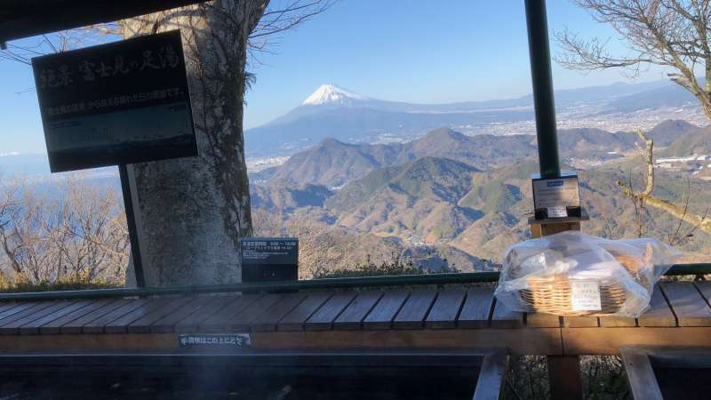 The view of Mt. Fuji while you bathe your feet in Ashi-Yu hot spring may make you feel relax and forget about your daily concerns for a while.