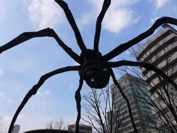 Enormous spider objet d'art in Roppongi hills.
