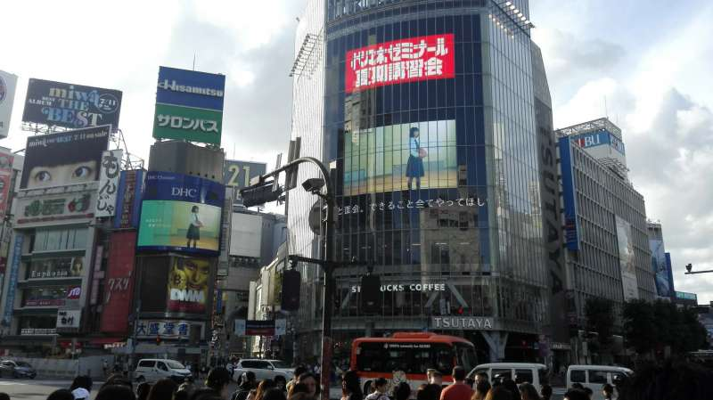 Shibuya scramble intersection. Let's try to cross the busiest intersection smoothly!