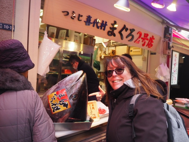 Tuna head inTsukiji outer market!  在筑地鱼市场跟金枪鱼的鱼头拍照片。