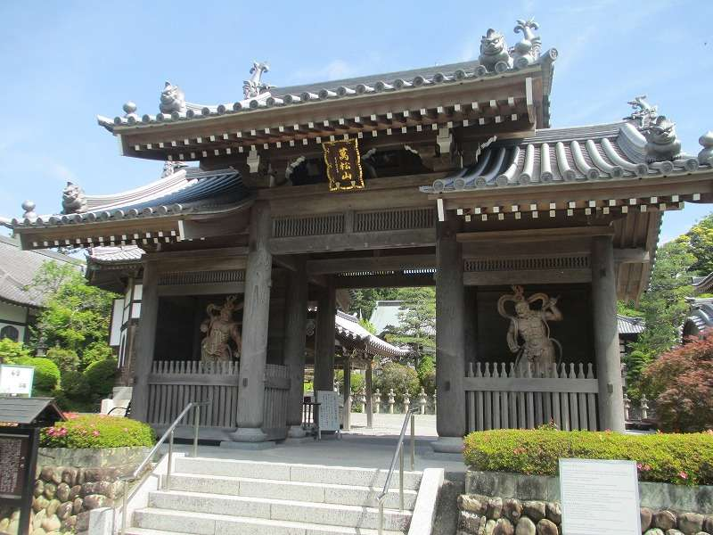 The main gate of Kasuisai temple