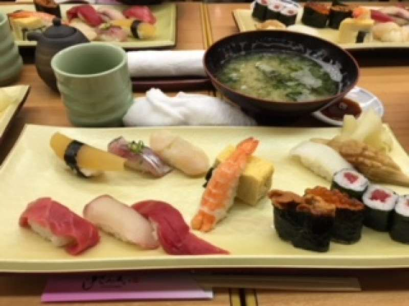 Let's enjoy Sushi in the world's largest fish market.