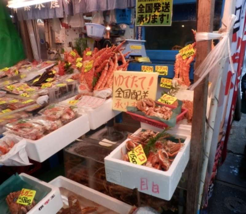 Tukiji outer market where you can enjoy various kinds of seafoods, kitchen tools, buautiful dishware and so on.