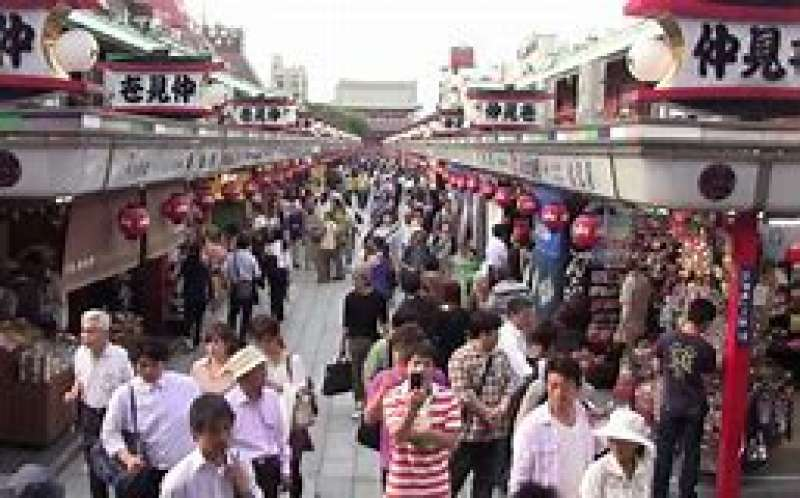 Nakamise which was organized to accommodate visitors shopping needs about 300 years ago.