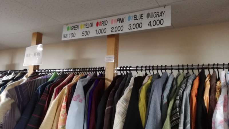 At casual kimono floor, you can see the price by the color tag on each kimono.