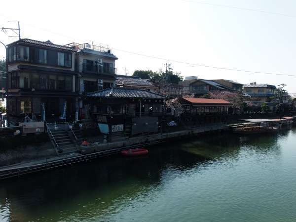 Various kinds of restaurants face the river.