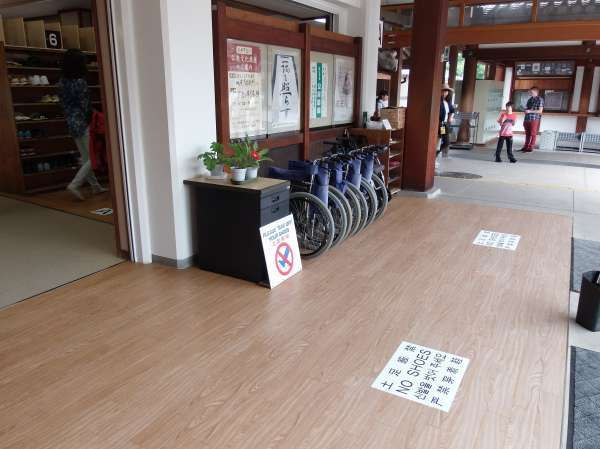 Change wheelchairs of exclusively indoor use at the entrance of Sanjusangen-do.