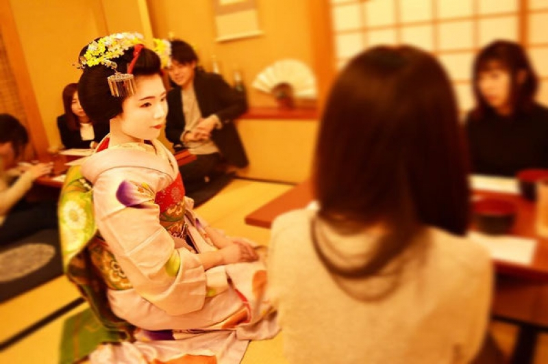 Enjoy chatting with a maiko to learn their life !