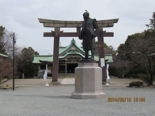 This is Hokoku Shrine dedicated to Toyotomi HIDEYOSHI.  A bronze statue standing at the front is Toyotomi HIDEYOSHI.  You can see Torii, or shrine gate, and main hall.