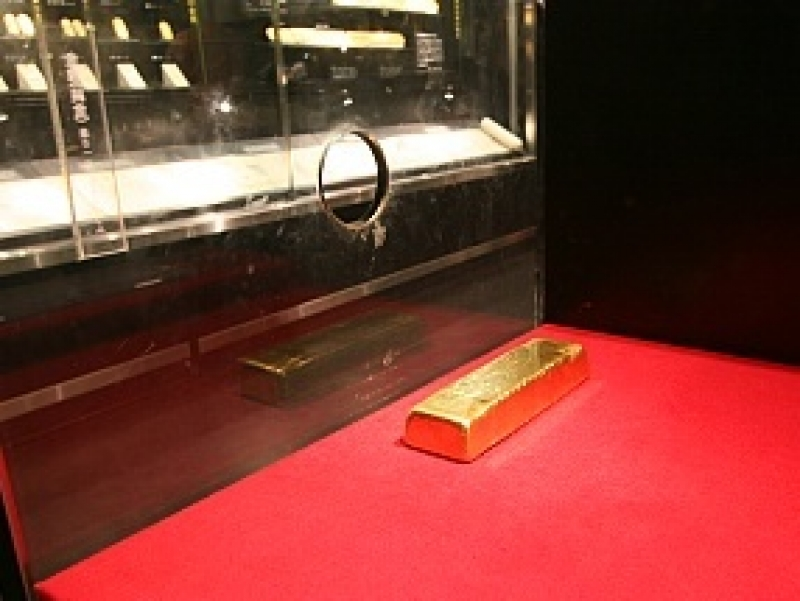 Feel how heavy the real gold bar 12,5 kg is
