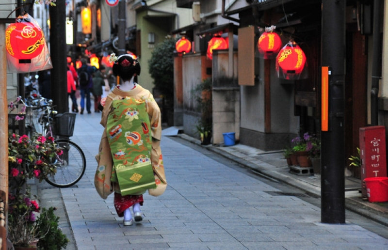 You'll get a chance to talk to a maiko, not only see her !