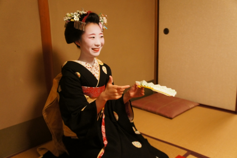 A maiko will explain how to play the game.