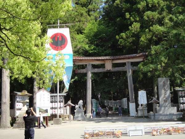 Kumano Hongu Taisha with Yatagarasu flag