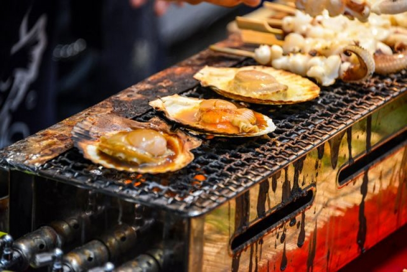 Grilled sea-shells like scallops whose export is ranked Japan's #1 for marine products