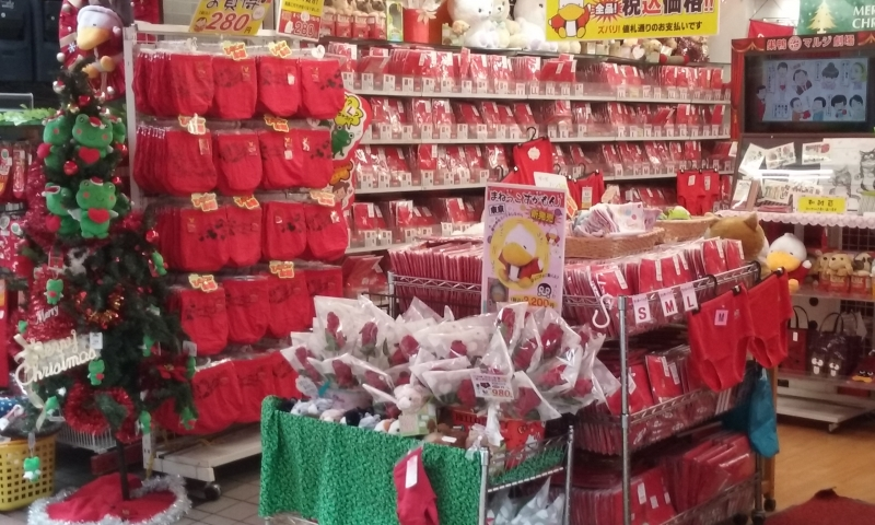 Mutande rosse in grande quantità a Sugamo.