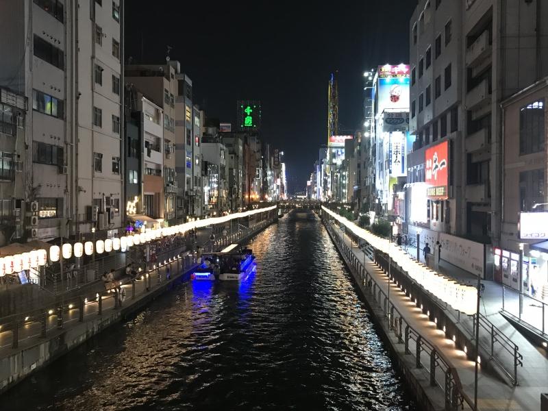 En verano se ilumina el río con lámparas.