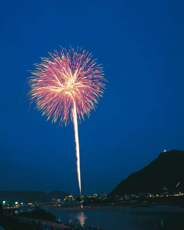 The Nagara River hosts many midsummer events, including fireworks. The scenery consisting of fire-flowers and the castle on the mountain will provide you with lifelong memory.