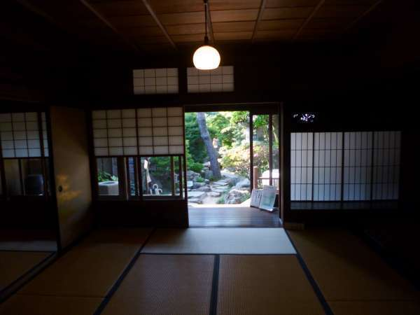 Visitors can stroll around japanese rooms and gardens of old houses.