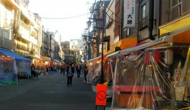La calle atrás del sendero al templo es uno de los entretenimiento de la ciudad. Les encanta un restaurante al aire libre.