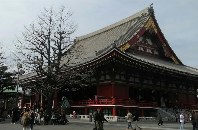 En la ciudad de Asakusa, donde yo nací, visitamos las tiendas conectando al sede del templo. Probamos y saboreamos la confección local.