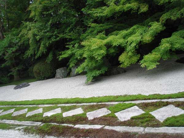 Next to Konchi-in, there is Tenju-an. The geomietric patterns are seen.