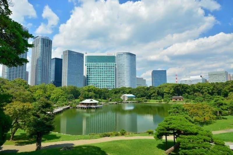 Hama Rikyu garden with a reminiscence if the Edo period.