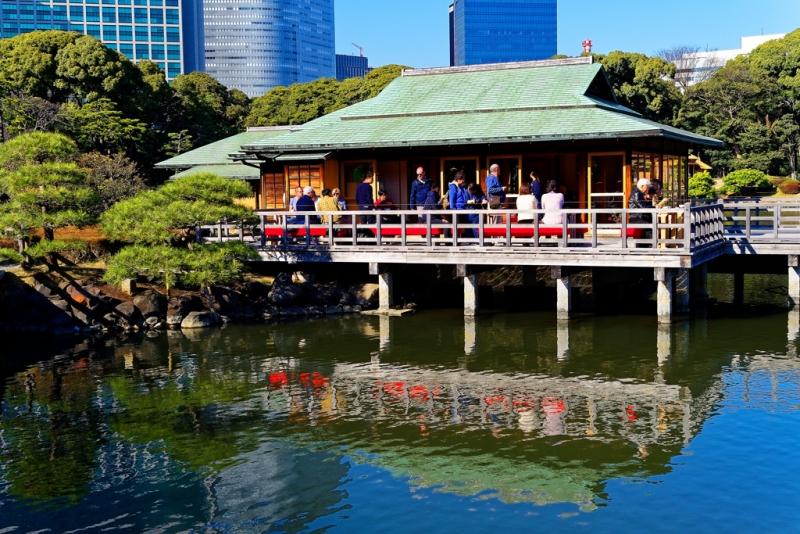 "The traditional tea shop in the garden of Hamatikyu ""Nakajima no Otyaya""."
