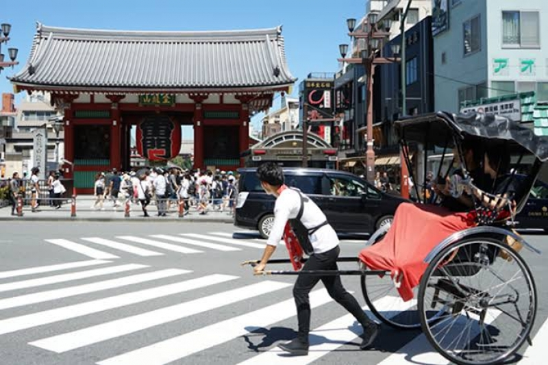 """Rickshaw in front of the famous """"Kaminarimon Gate"""""""