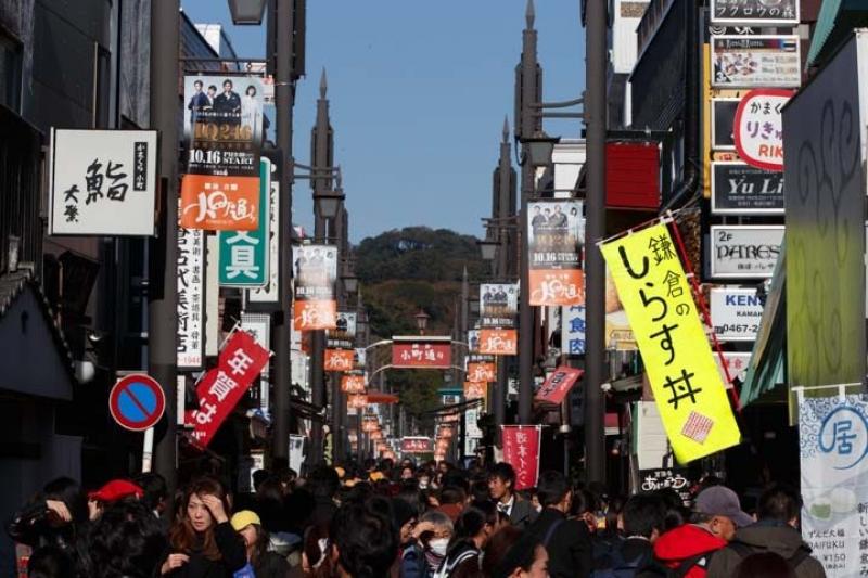 Snack and Walk on Kamakura's busiest shopping street - Komachi-Dori