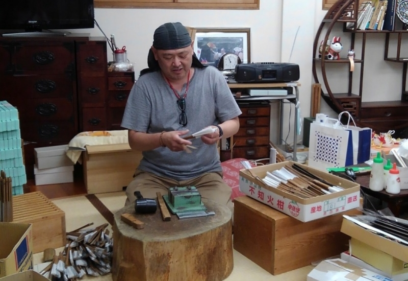 He is a shop owner and a craftsman of making folding fan, he teaches you how to make a fan so politely.