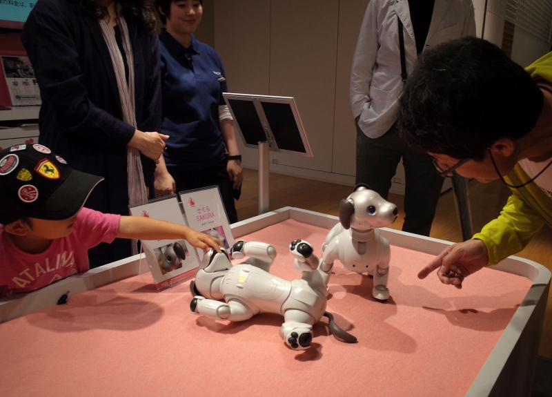 Ginza is not only for shopping. We can enjoy some latest Japan's technologies here.