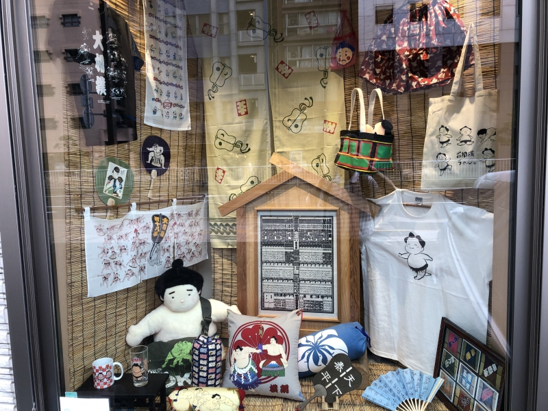 Ryogoku Takahashi stocks a variety of sumo-related goods and is full of unique souvenir products for sumo lovers. Their offerings including hand towels, dolls, setta (leather soled sandals), folding fans, mugs and bento box.