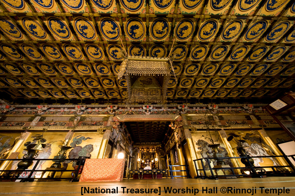 Worship Hall of Taiyu-in - designated as a national treasure and is also known as Golden Hall. Inside, you can see the Karashishi(Chinese Lion) drawn by Kano Tanyu, 140 dragon paintings on the ceiling, and the armor worn by the third Shogun, Iemitsu.