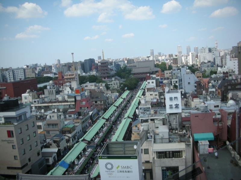 Hoy en día, muchas personas visitan Asakusa para disfrutar de las compras y los alimentos callejeros