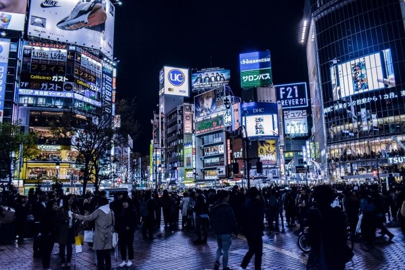 Si están interesados en los paisajes intresantes, se recomienda Shibuya. El Cruce de Shibuya es muy famoso entre los turistas extranjeros. Alrededor de 3.000 personas cruzan la calle durante su hora pico.