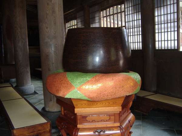 A big drum which is used at sutra chant.