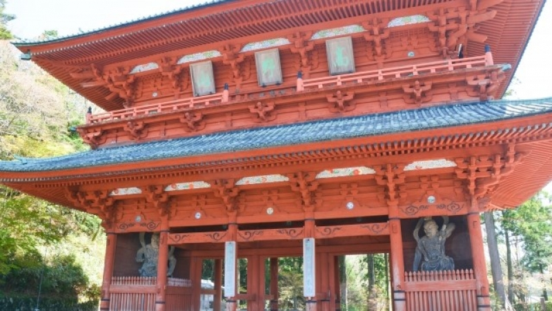 Daimon Gate; Two satues of Nio Buddha stand inside the gate to protect Mt. Koya