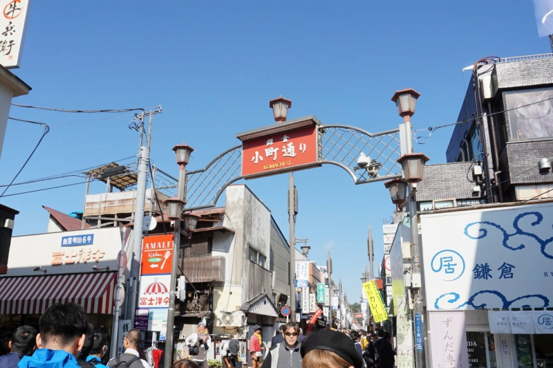 Animated Komachidori street where people enjoy a relaxing time after a visit to Tsurugaoka-hachiman Shrine