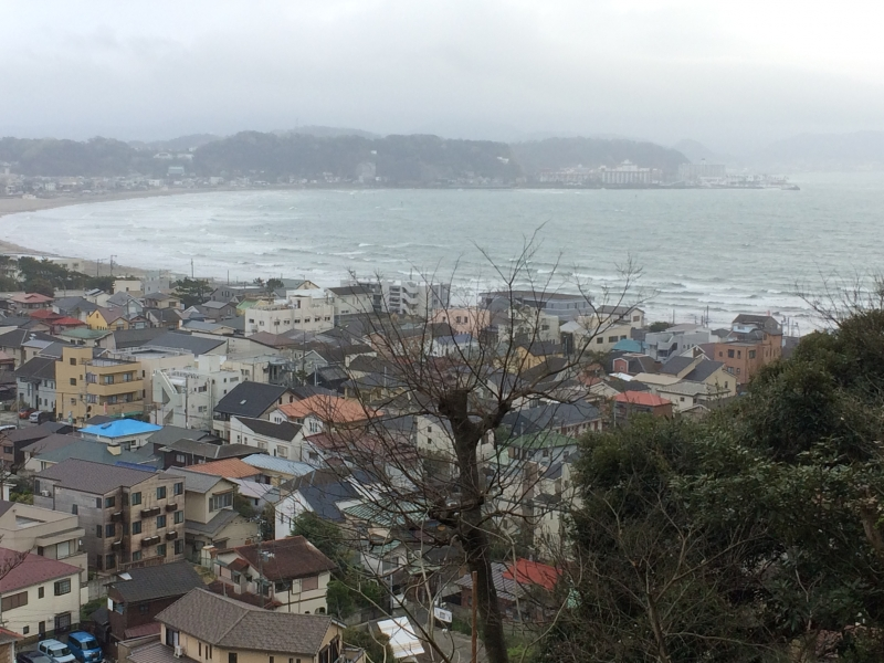 Yuigahama Beach looked from an observatory of Hase temple.  People enjoy fishing, surfing,and yachting throughout the year.