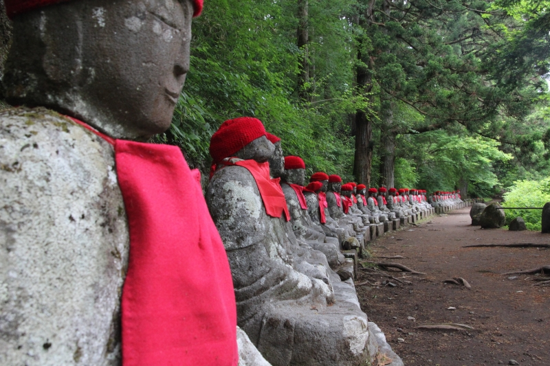 Kanmangahuchi Abyss : Rapid stream of Daiya river has formed a beautiful landscape of abyss.  It's also popular with lined statues of Jizo, one of the Buddhist gods.