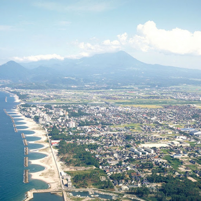 Kaike Onsen is a rare saltwater hot spring resort set in beautiful scenery with soothing ocean and mountain views.  To the west and to the north is the beautiful Miho Bay, while majestic Mt. Daisen  looks upon the resort from the east.