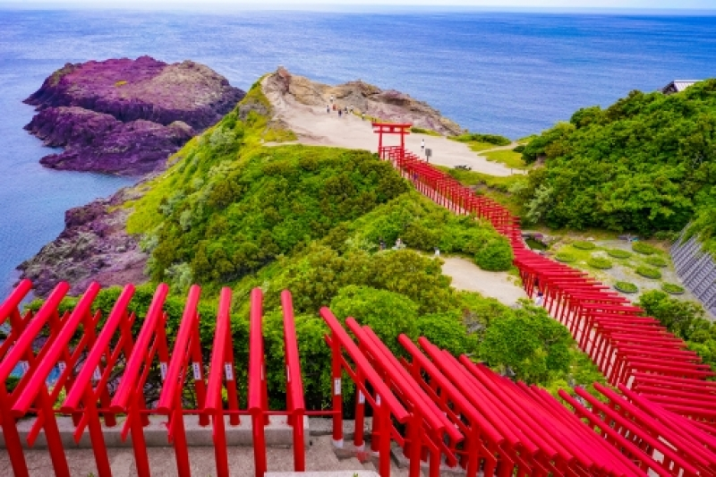 Established in 1955, reportedly at the behest of a white fox spirit, Motonosumi-jinja Shrine and its many red torii gates have become one of the most well-known locations in Yamaguchi.