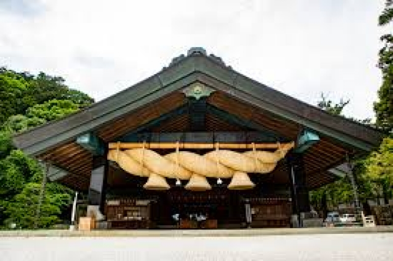 Izumo Taisha Grand Shrine, also known by its official name Izumo Oyashiro, is in the city of Izumo on the western edge of the Shimane Peninsula. As one of the most famous and most important shrines in the country, Izumo Taisha is visited by many people, both Japanese and international, every year.