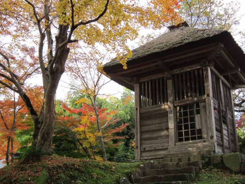 Glockenhaus entlang des Weges zur Goldenen Halle, Chuson-ji Tempel