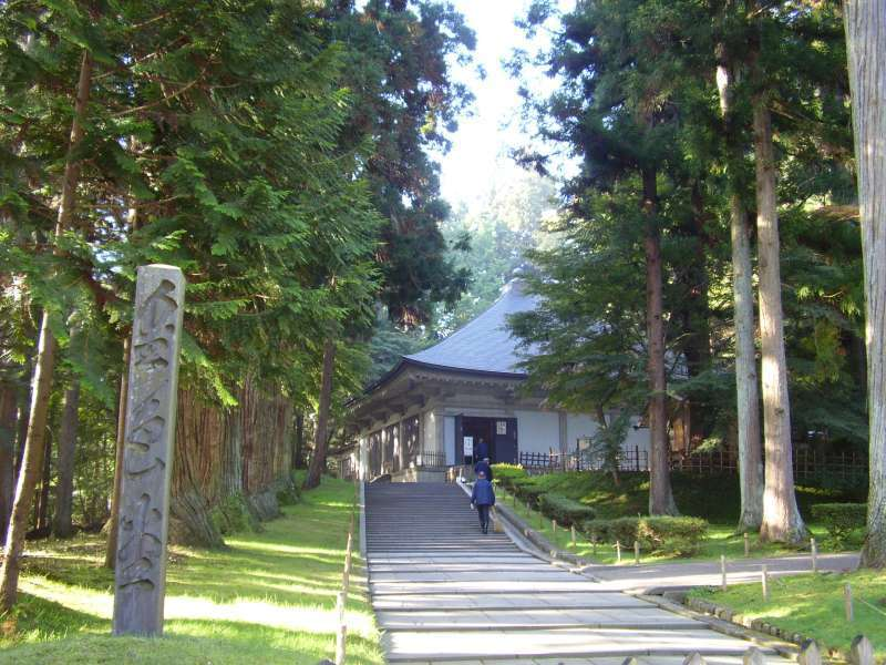 Goldene Halle( Konjiki-do) ist eines der schönsten und sorgfältigst dekorierten Gebäude der Welt, das erst nach dem Eintritt im Aussengebäude zu besichtigen ist. Chuson-ji Tempel