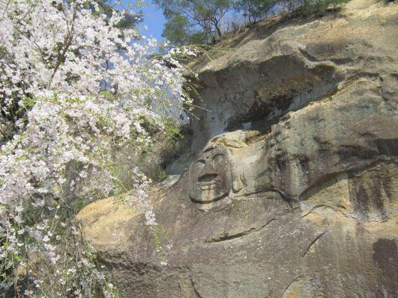 Auf der linken Seite der Bishamon-do Halle ist ein riesiger Budhha, der nördlichste in Japan in Fels gehauen.